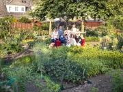 Garten13_Heimat_NRW_Das_rote_Sofa_von_Horst_Wackerbarth_im_Siedlungsgarten